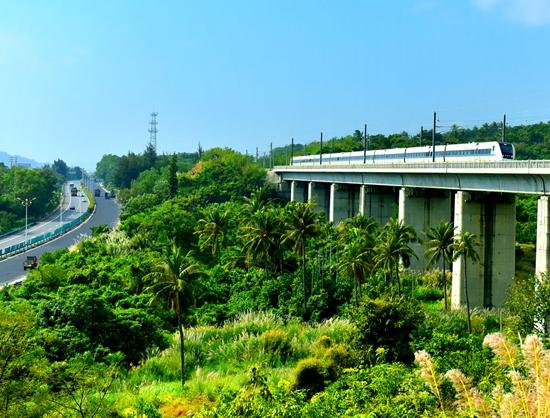 高速铁路驶过三亚郊区。何坚强摄影  海南环岛高铁驶过陵水 童国强摄影 12月30日,海南环岛高铁西段正式开通运营,东环和西环顺利牵手,成为全球首条环岛高铁。海南环岛高铁贯通后,将沿线12市县20城镇串成一条珍珠项链,人口覆盖率达87.3%。环岛高铁旅行时间压缩在3小时左右,尤其是为海南西部旅游业带来了新的发展机遇。 据介绍,海南东环高铁开通运营5年,实现了大运量、高密度、公交化的运输组织模式,大大拉动了沿线旅游、餐饮等城市消费,形成了独具特色的1小时经济圈。 新开通的环岛铁路西线段也被寄予了