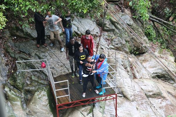 多国留学生走进秋浦河风景区 开启百丈崖探险之旅