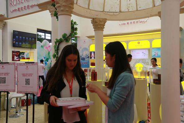 甘肃玫瑰飘香上海滩 甘肃农企首次亮相中国美博会