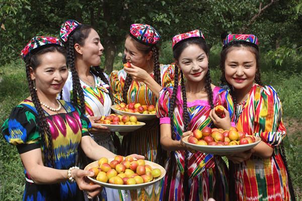 库车:维吾尔族古丽为白杏代言图片