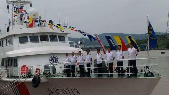 7月11日,在宁波海事基地码头,海巡0713组织开展全国统一的船舶挂满旗