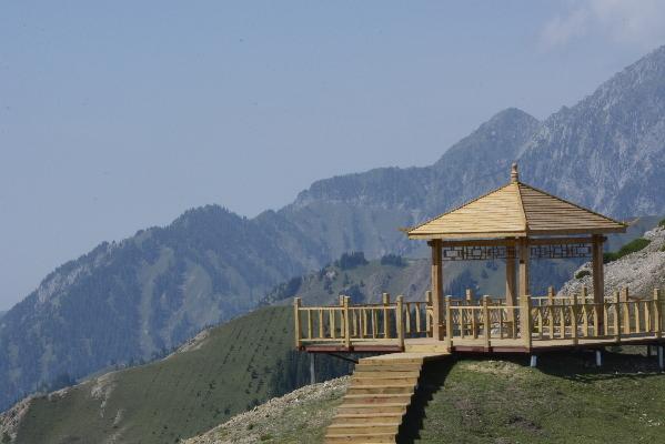 5米,长约7000米,木质结构观景亭5个,观景平台7个,休息平台6个,4蹲位