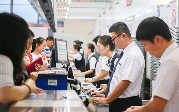 航班高峰期,南航新疆加开地面柜台为旅客服务
