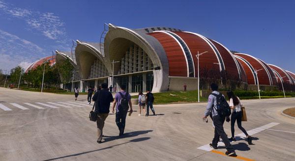 这一建筑外观为横卧橡木桶造型的生产中心从欧洲引进