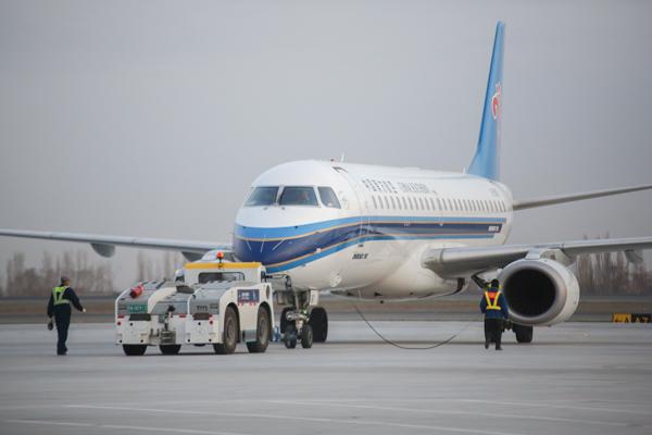 南航新疆分公司飞机.(摄影:冯明远)