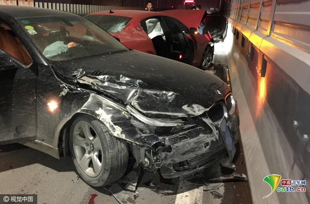 [现场]宝马车撞上高尔夫逃逸,又撞上玛莎拉蒂 事发11月1日凌晨2时许,撞车现场位于陇海高架桥西向东方向的二层,未来路下桥口附近。现场可见一辆悬挂豫N(商丘市)牌照的黑色宝马轿车,横停在路面中间,车头右前方在撞击后严重受损,车内安全气囊全部打开,左侧车身和一辆红色的玛莎拉蒂轿车挤在一起,车身变形,旁边的高架桥防护墩上,留下了很长的摩擦痕迹。被撞的玛莎拉蒂轿车引擎部位受损严重,引擎盖向上翻起,车内安全气囊也全部打开。在两车前方约十米处,停着一辆白色的大众高尔夫轿车,车身右侧碰撞受损,车门损坏,尾灯掉落