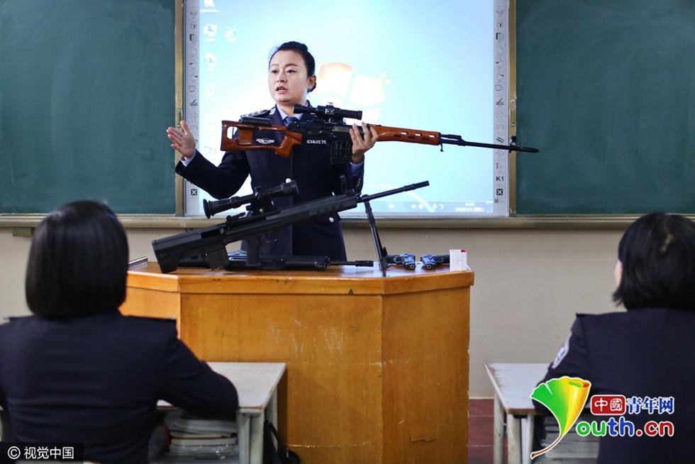 昆明警校女教师扛枪走红上课网络赛教高中英语图片