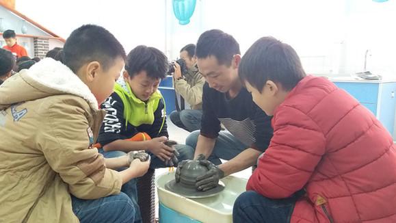 汝瓷技艺进校园教孩子们学习手拉坯技艺