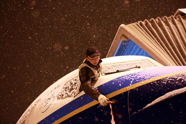 乌鲁木齐持续降雪,南航在疆飞机除冰离港