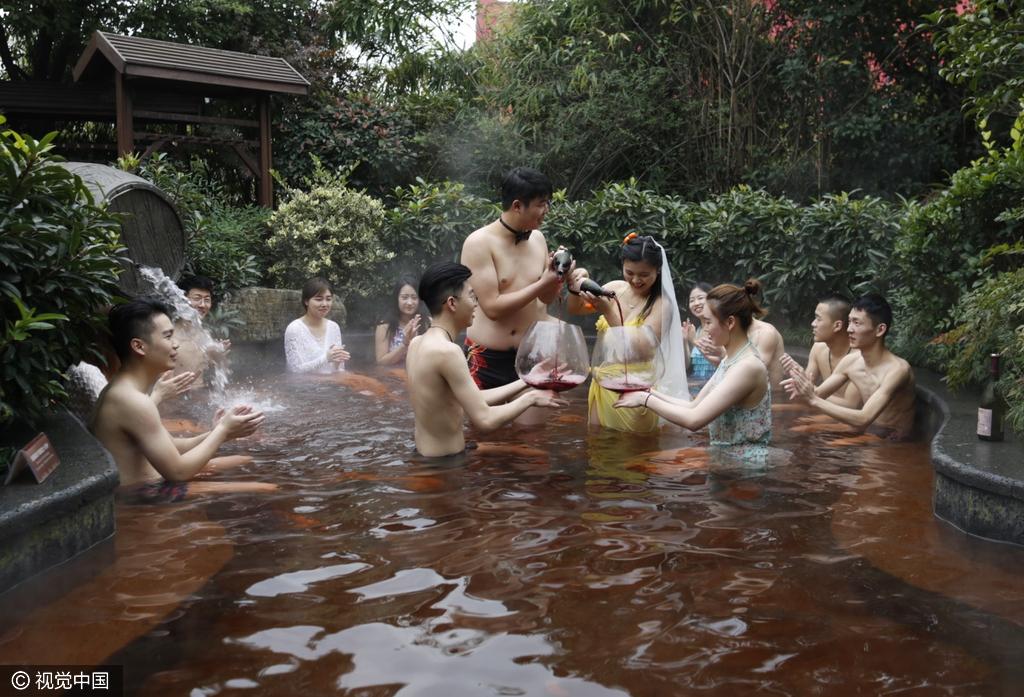 杭州/图为新郎新娘在为好友斟酒。