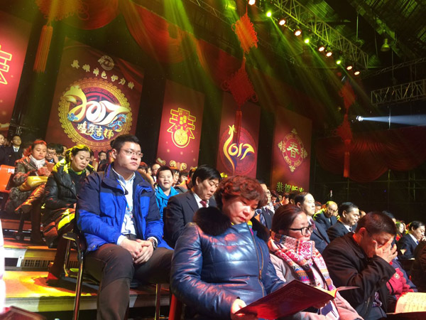 观众观看晚会演出摄影钟秀川