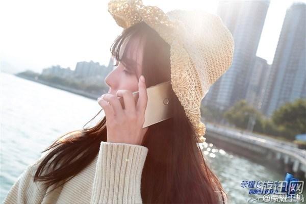 华为荣耀8青春版真机图公布 美女搭配手机,颜值担当!