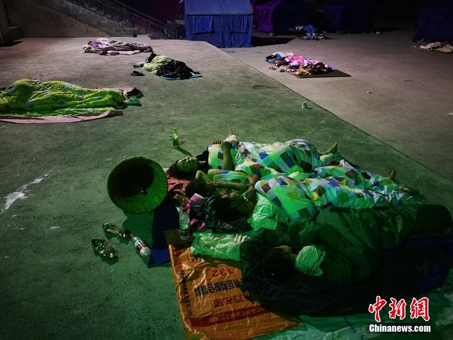 九寨沟地震灾区民众避难所露天过夜