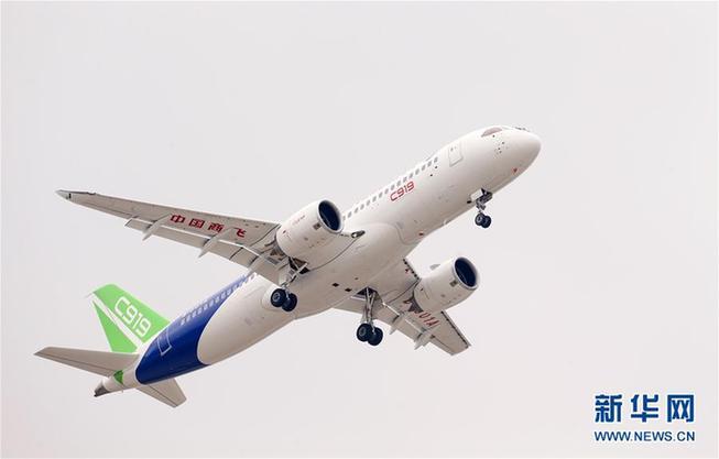 5月5日,中国首款国际主流水准的干线客机C919在上海浦东国际机场上空飞翔。  新华社记者 丁汀 摄 第17届北京国际航空展览会19日在北京揭幕,记者从会上获悉,中国商用飞机有限责任公司将再签超过100架C919订单。 C919是中国首款完全按照国际先进适航标准和主流市场标准自主研发的单通道干线飞机。C919首架机于5月5日成功首飞,现已完成2次转场前的滑行试验,计划在上海完成初始检查试飞后转场,开展首飞后的适航取证工作。 中国商飞公司计划一共投入6架试验机开展试飞,第二架飞机争取在2017年年底