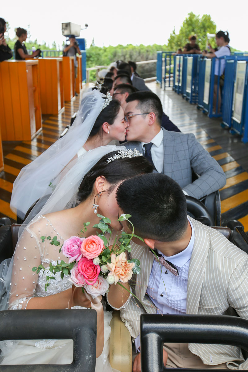 上海10对新人举办集体过山车婚礼