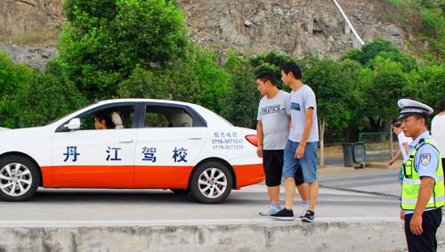 """返校学子享""""特权"""" 丹江口车管延时服务应对暑假驾考热"""