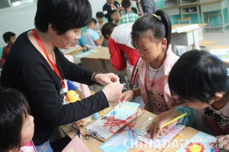 邢台南宫市青年志愿者走进大村小学开展七彩课堂活动