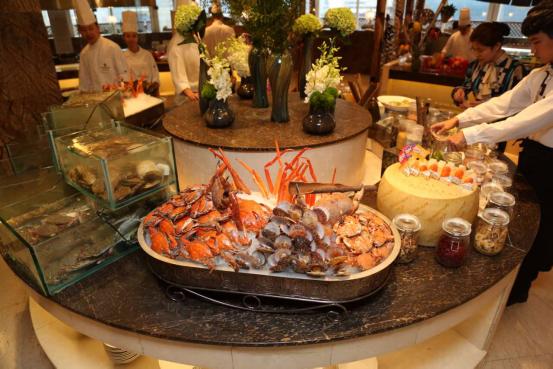 菊黄蟹肥秋正浓,大连远洋洲际酒店推出海鲜美食节,网罗鲍鱼、螃蟹、海螺、贝类等应季鲜活海鲜,另有阿根廷红虾、雪蟹腿等国际海鲜,让食客与海鲜尽情约会。  大连地处黄、渤海交界处,独特的海域位置、温度、盐度以及气候赋予了海鲜最理想的生长环境。这个季节,海鲜种类更是丰富,肉质肥厚,味道鲜美。 紫丁香咖啡厅位于大连远洋洲际酒店酒店六层,开放式西厨房全天候提供融合现代烹饪技术和理念的西式风味和亚洲风味美食。(中国日报大连记者站)