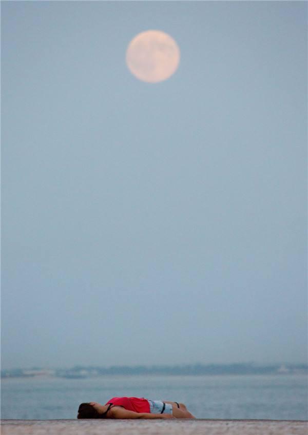 外国的月亮比中国圆吗