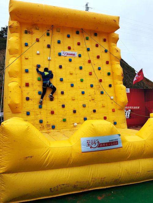 前来观赛的观众精心准备了参与性极强的嘉年华活动,充气岩壁攀岩体验