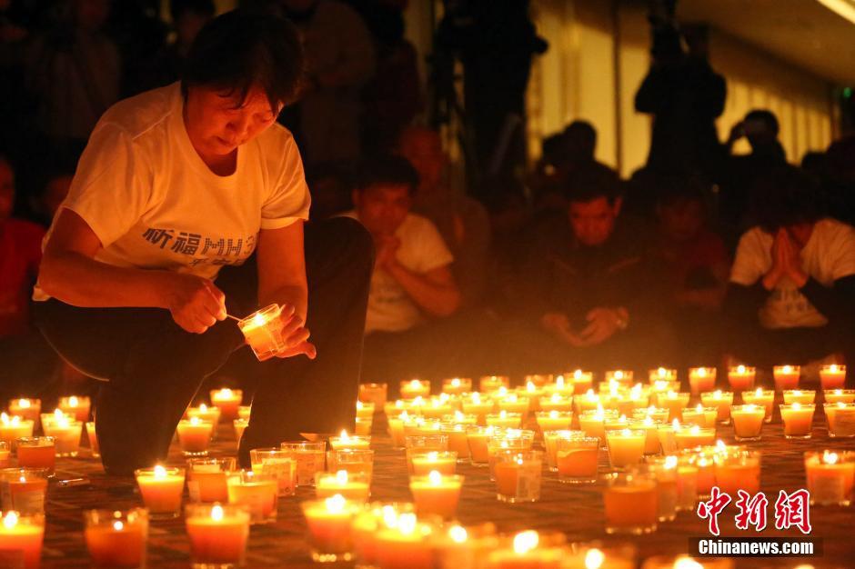 北京 马航/4月8日,乘客家属祈福。当日,马航MH370航班失联事件发生满...