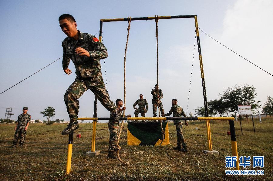 """中国 训练/11月18日,在印度浦那的奥恩德军营,中印参训官兵参加""""携手—..."""