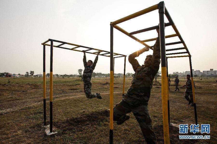 """中国 反恐/11月18日,在印度浦那的奥恩德军营,中印参训官兵参加""""携手—..."""